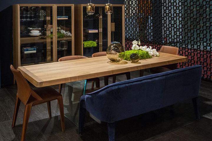 Natuzzi With A Floating Look Phantom Dining Table By