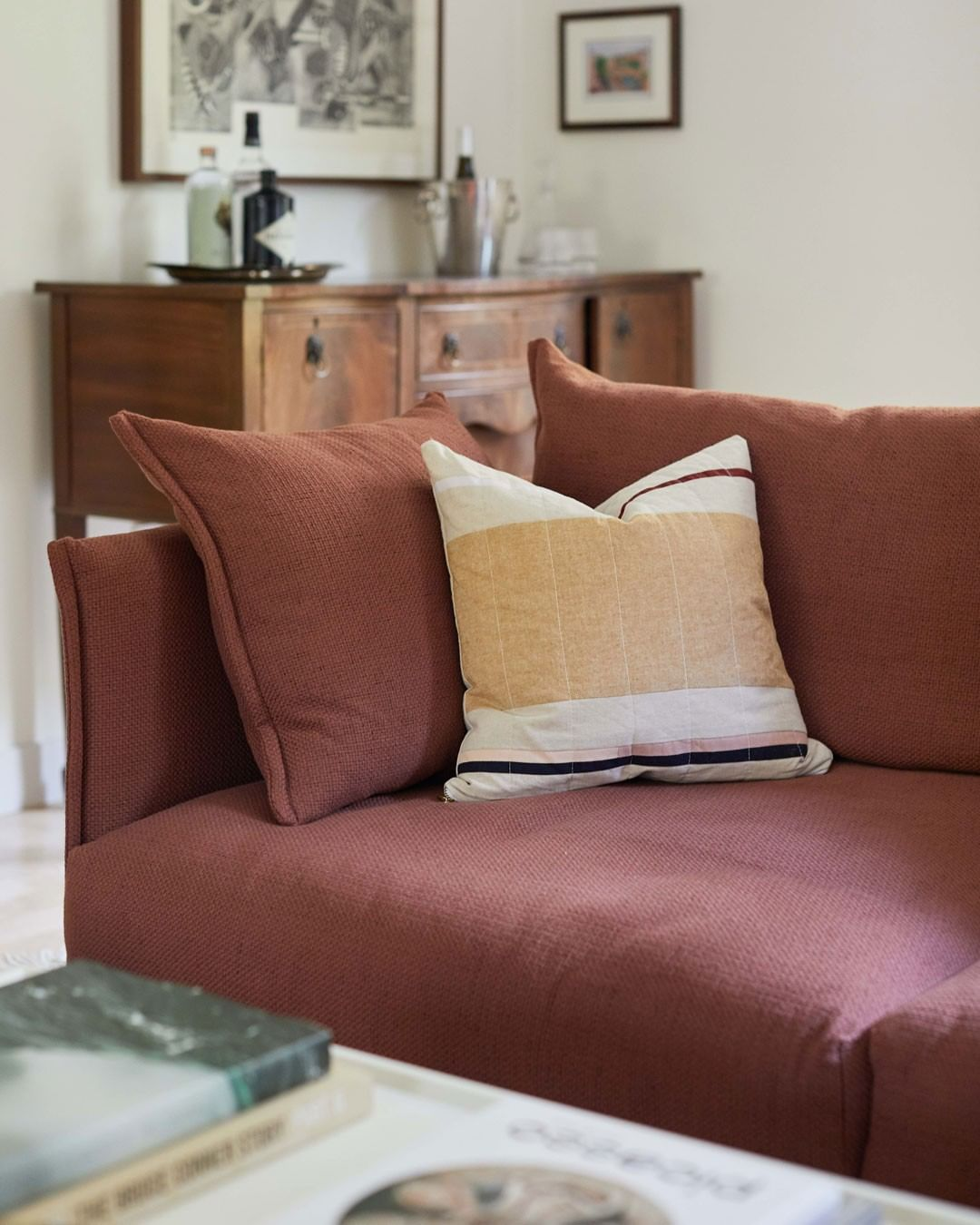 Beauty and finesse Gentry sofa: clean li...