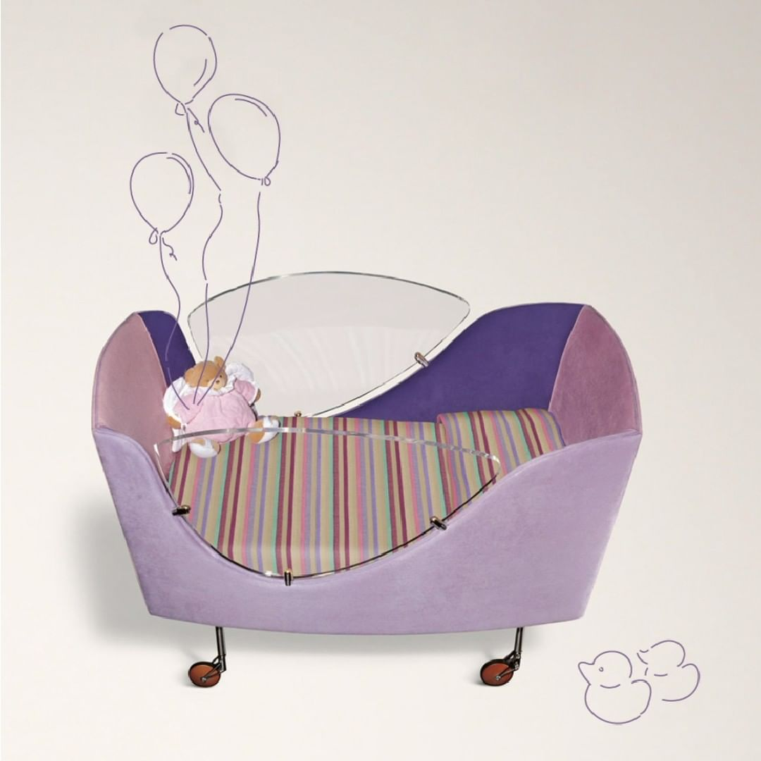 Ginevra Culla is a shaped cot with plexi...